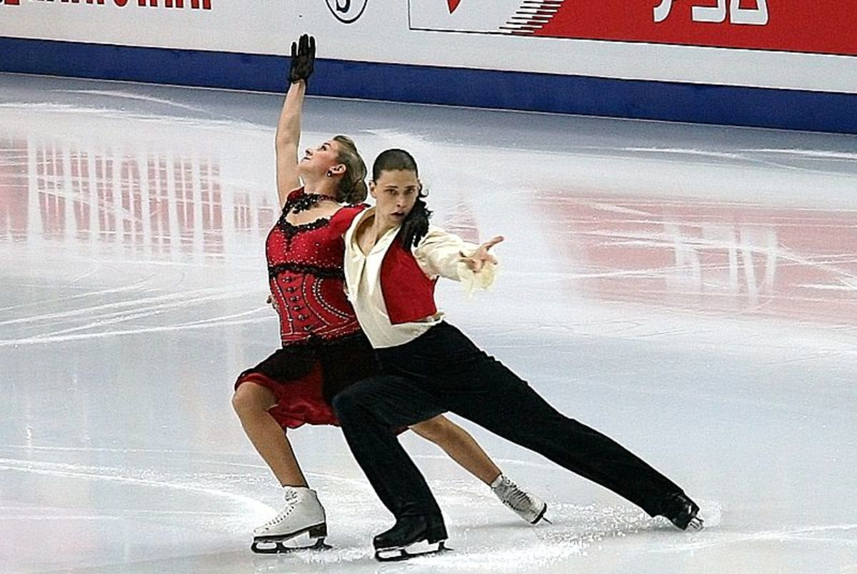 Here is an example of a lunge performed by a pair of skaters. The difficulty of lunges can be increased by adding turns or by carrying a partner while in the lunge position.