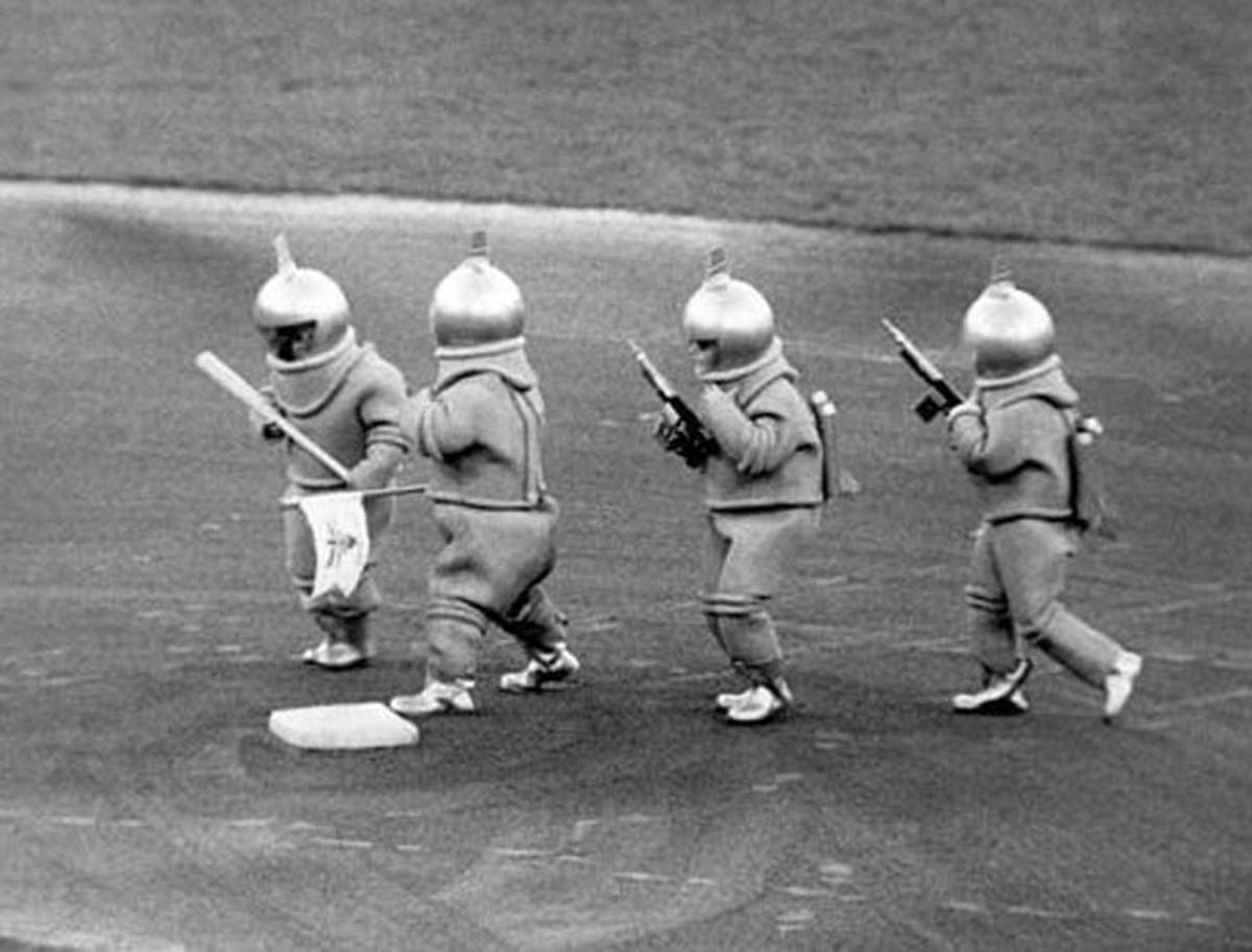 Eddie Gaedel with others dressed as Martians.