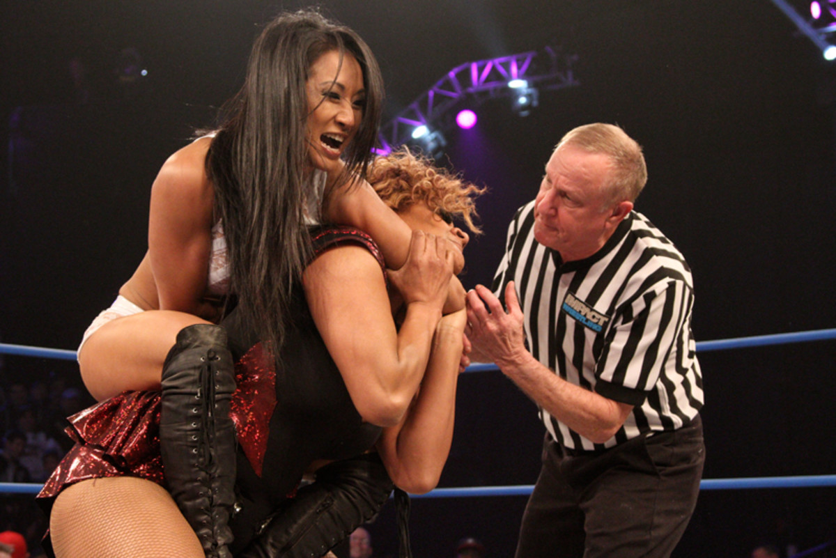 Gail Kim trying to choke Lei'D Tapa out