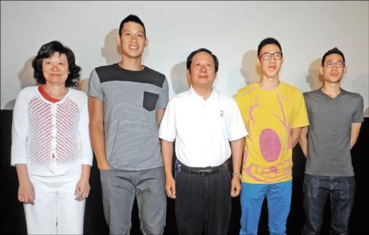 Jeremy Lin with his mum, dad, and two brothers.