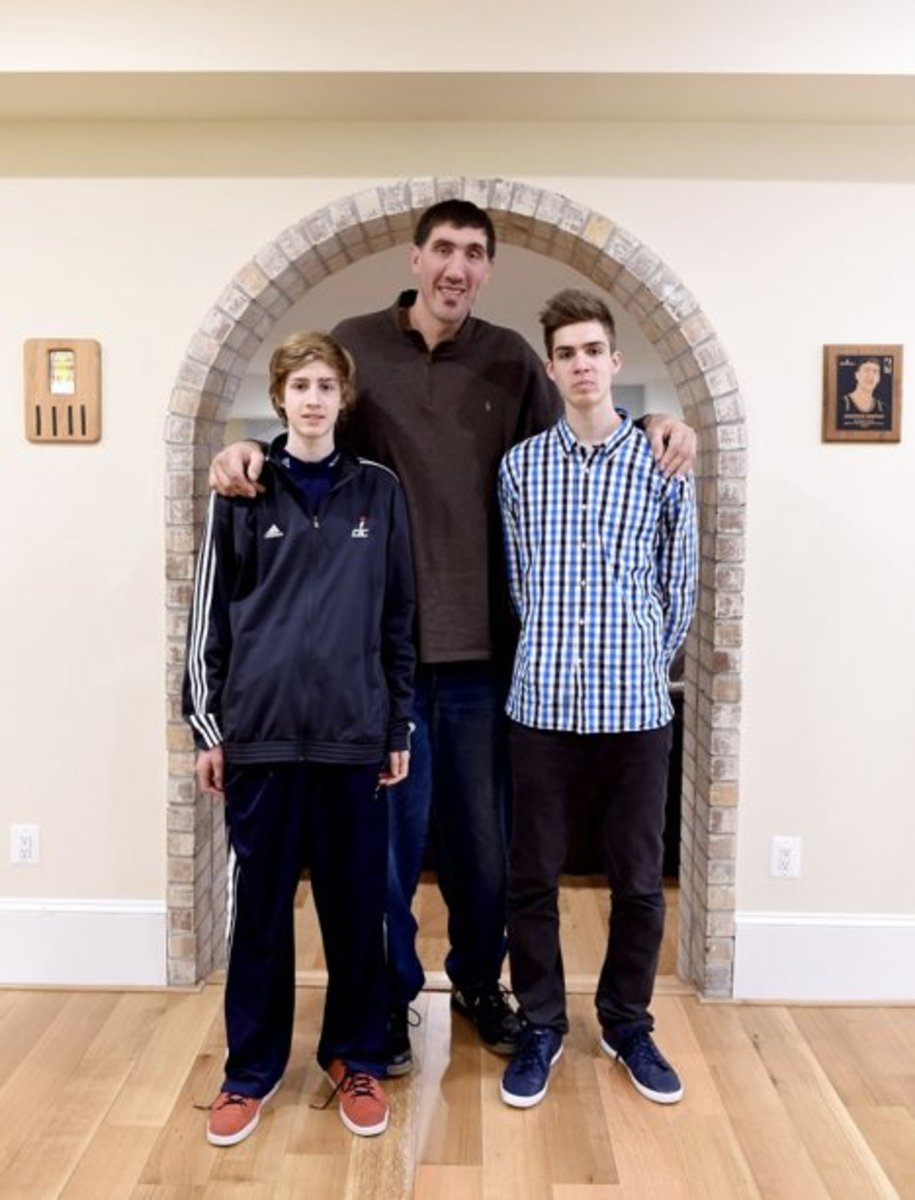 Gheorghe Muresan with his two sons, George and Victor.