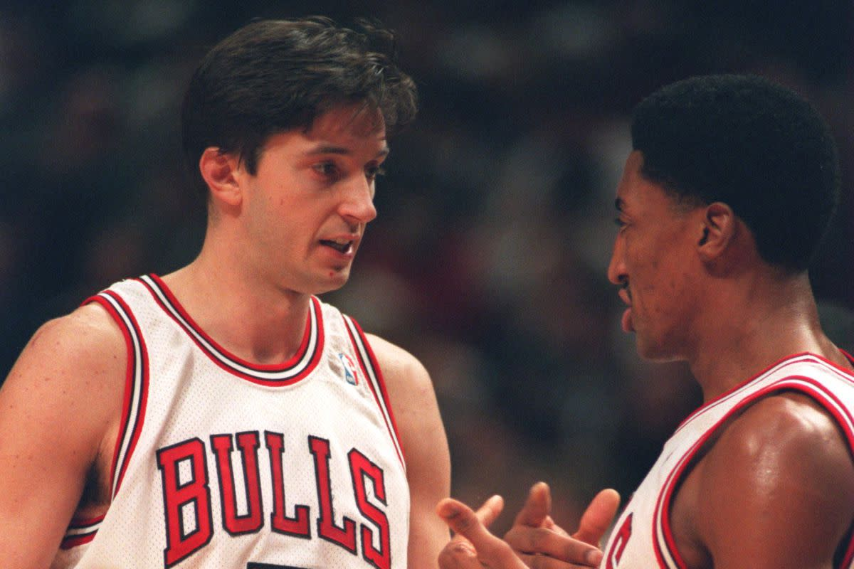 Toni Kukoc discusses strategy with teammate Scottie Pippen.