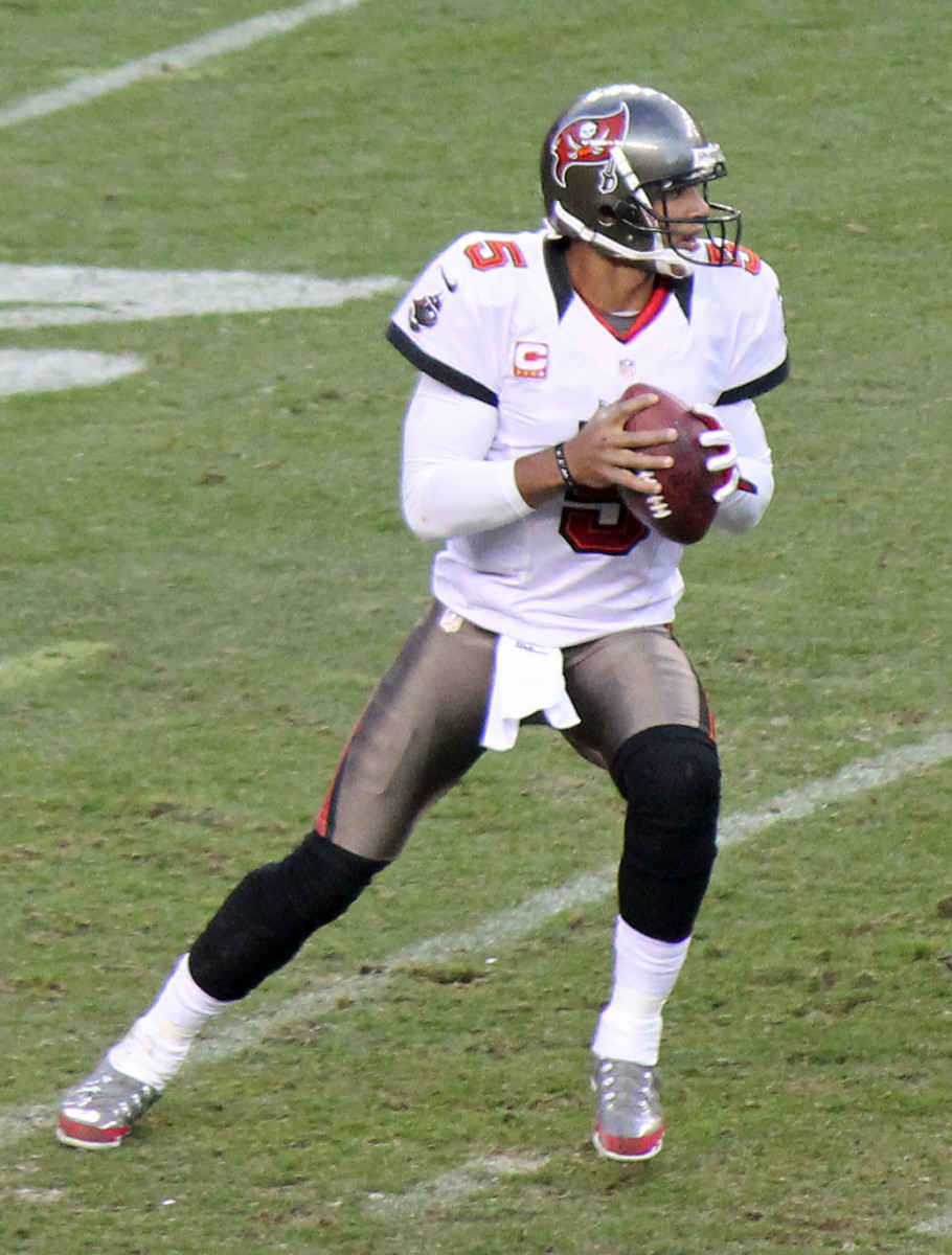 25 Tallest Quarterbacks to Ever Play in the NFL | HowTheyPlay
