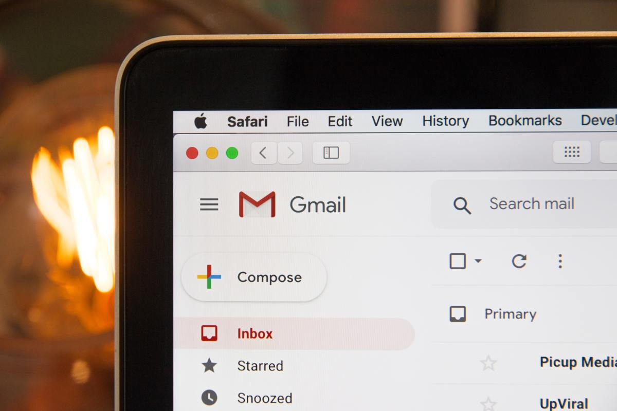 How to set up an away message on Gmail.