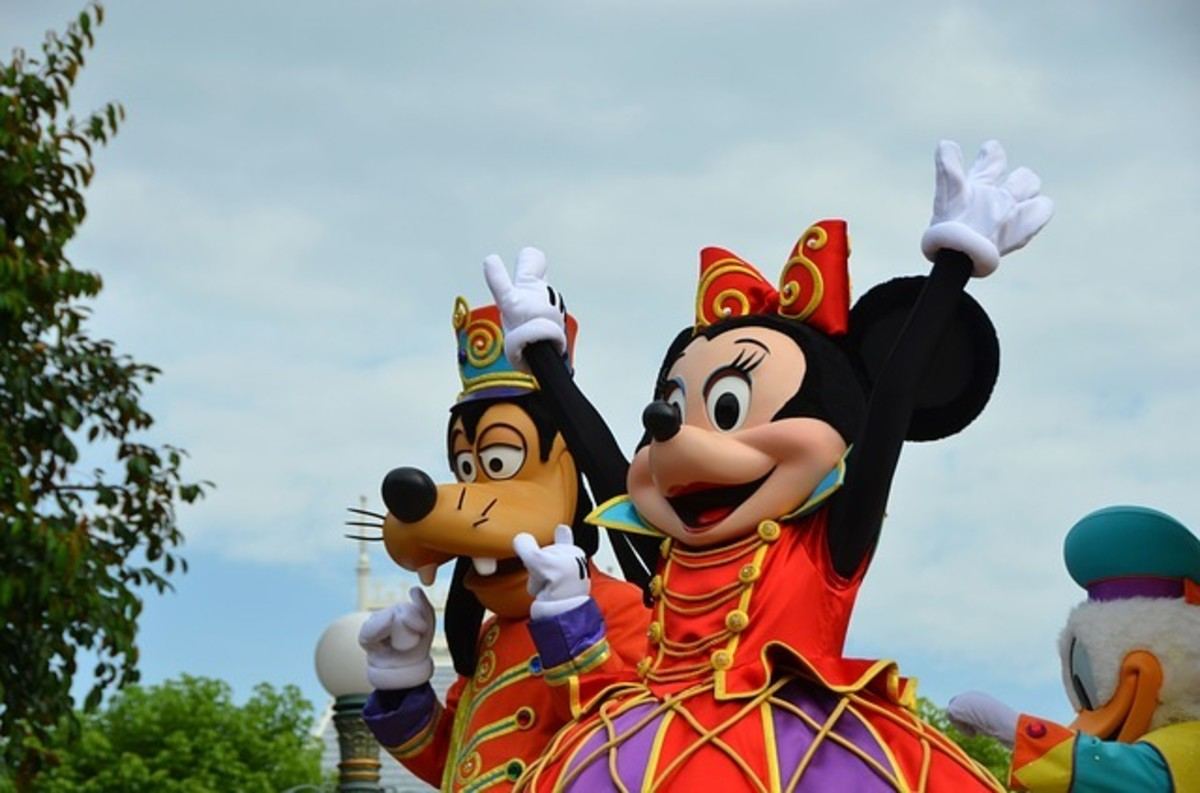 Goofy and Minnie in a parade