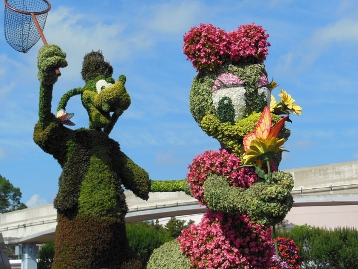 Goofy and Minnie as a hedge