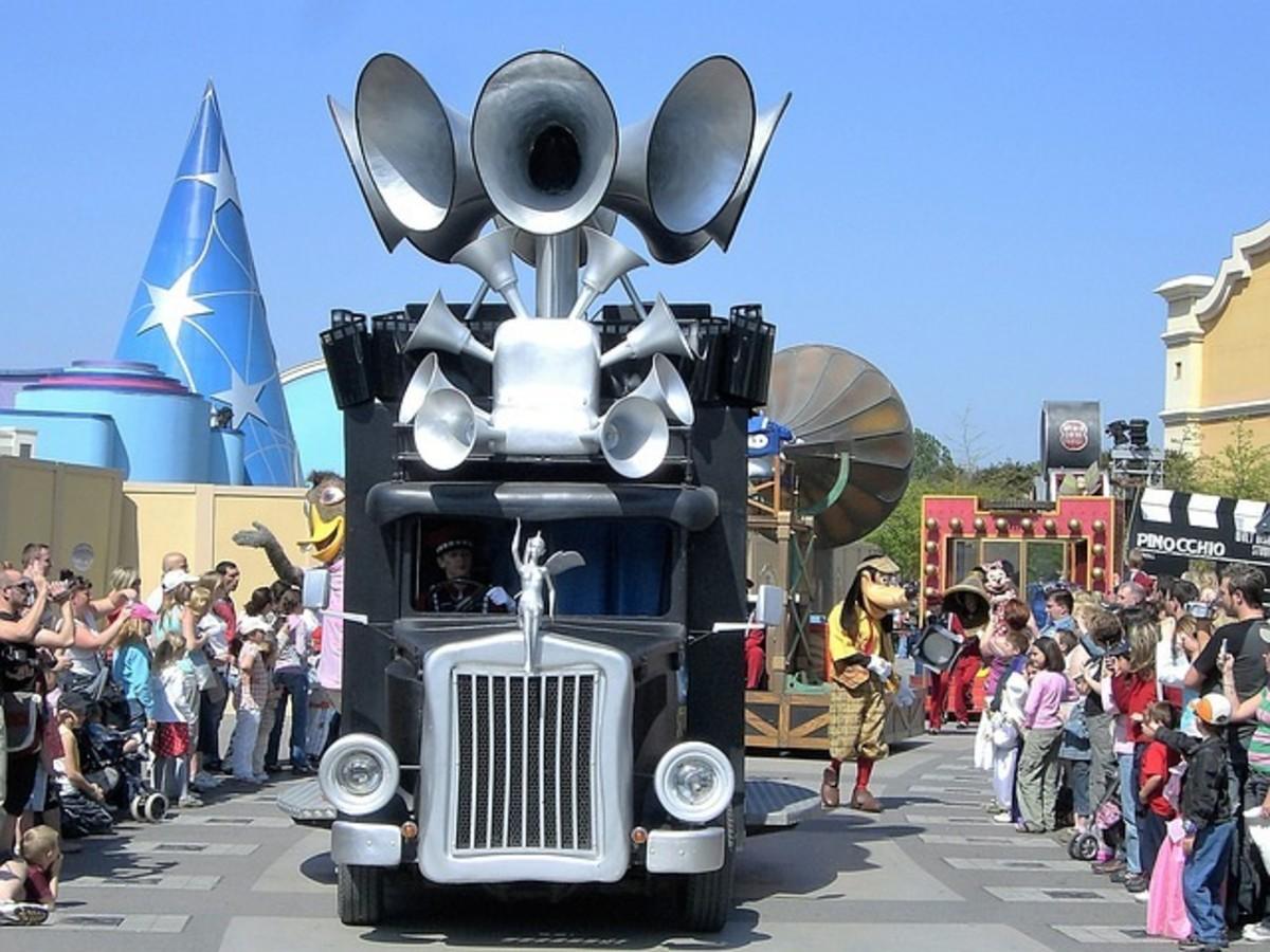 Goofy in a Parade