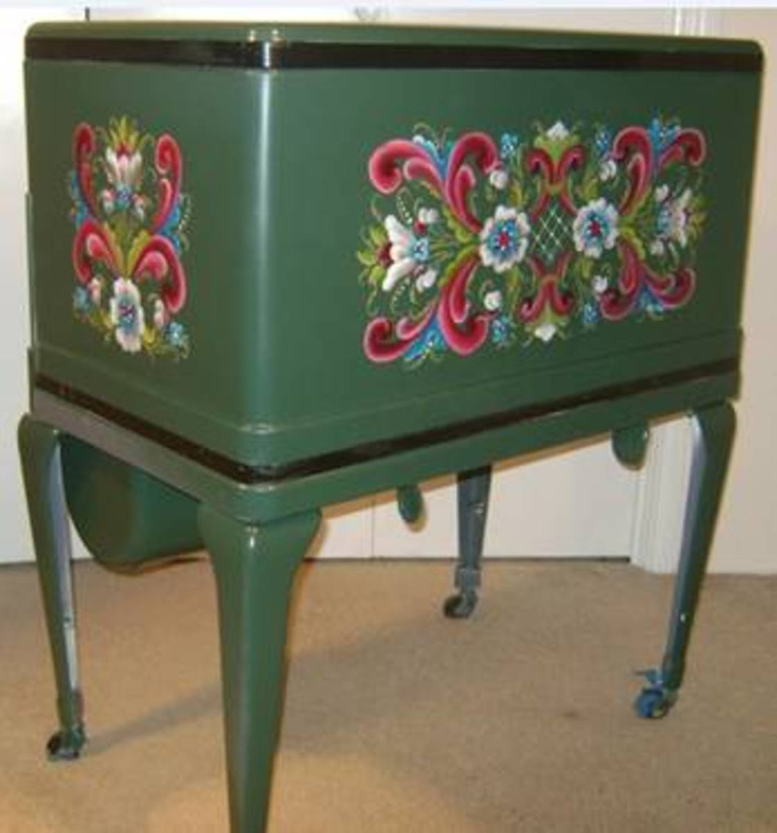 Isn't this beautiful?  A Hub peruser sent this to me .  The art form is called rosemaling, which is a European folk art.