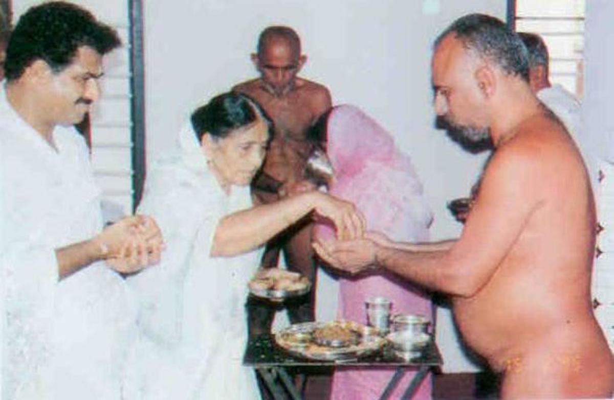 proceedure of food taking by jain nude saints