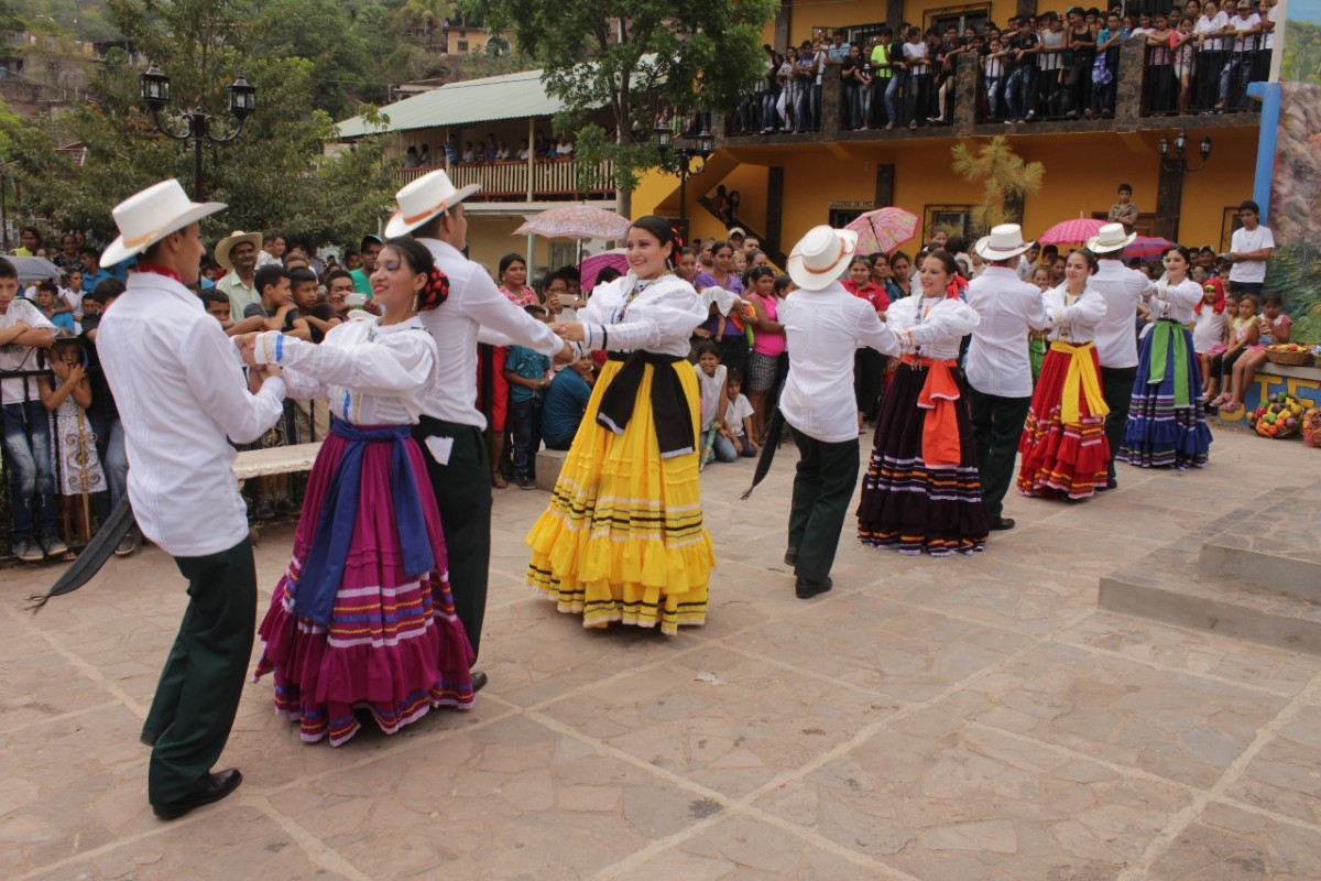 Ballet Folklórico de Honduras Oro Lenca in indigenous costuming.