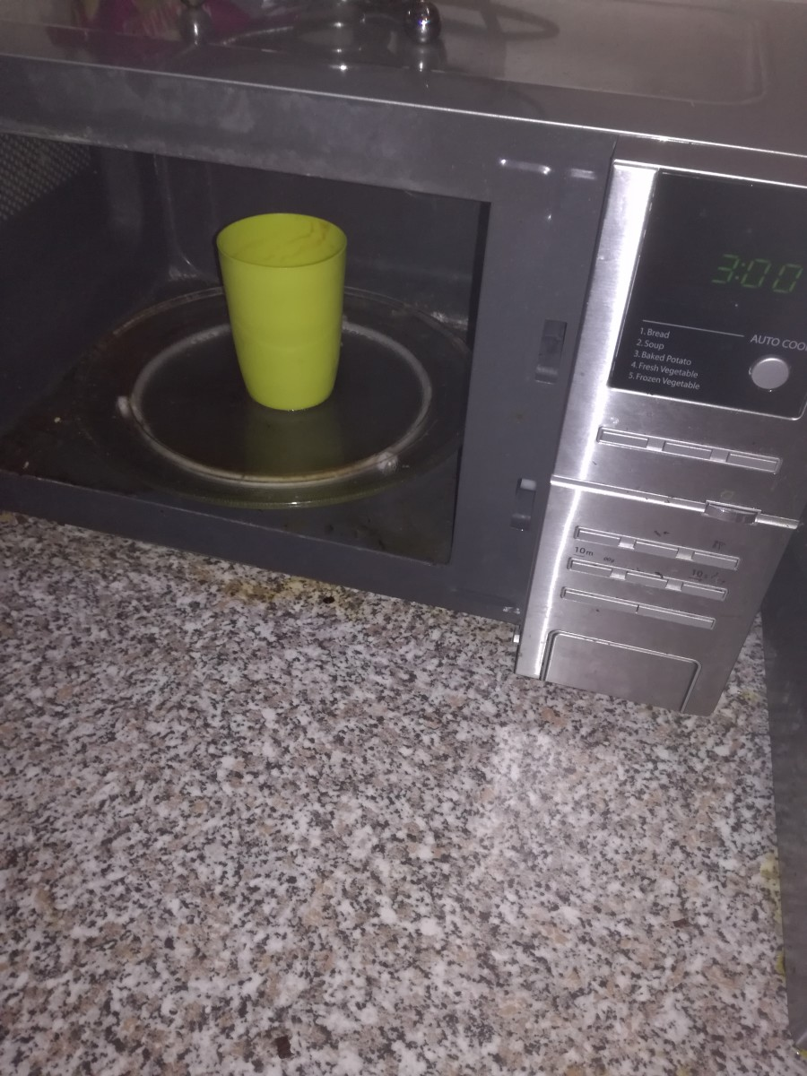 Vinegar, lemon juice and water microwave for 3 minutes and voila a stain free microwave friendly cup.