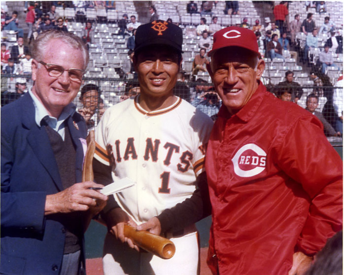 Fred Russell, Sadaharu Oh and Sparky Anderson in Tokyo, Japan in 1981 (public domain/Wikimedia Commons)