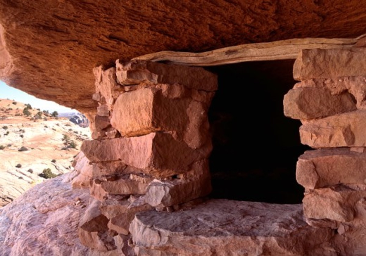 Anasazi pueblo ruins in the cliffs.