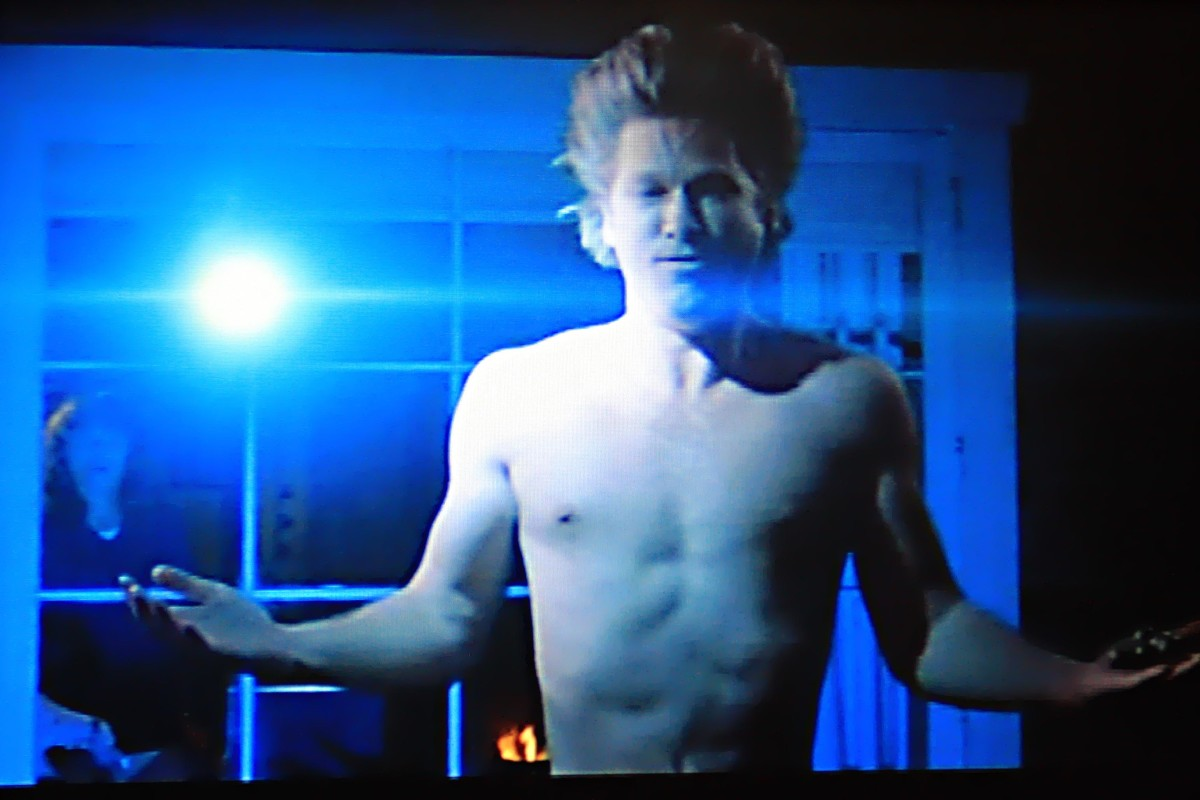 The hair standing on end in this scene where the Starman uses a 'power marble' was achieved quite simply. Jeff Bridges was filmed while suspended upside down!