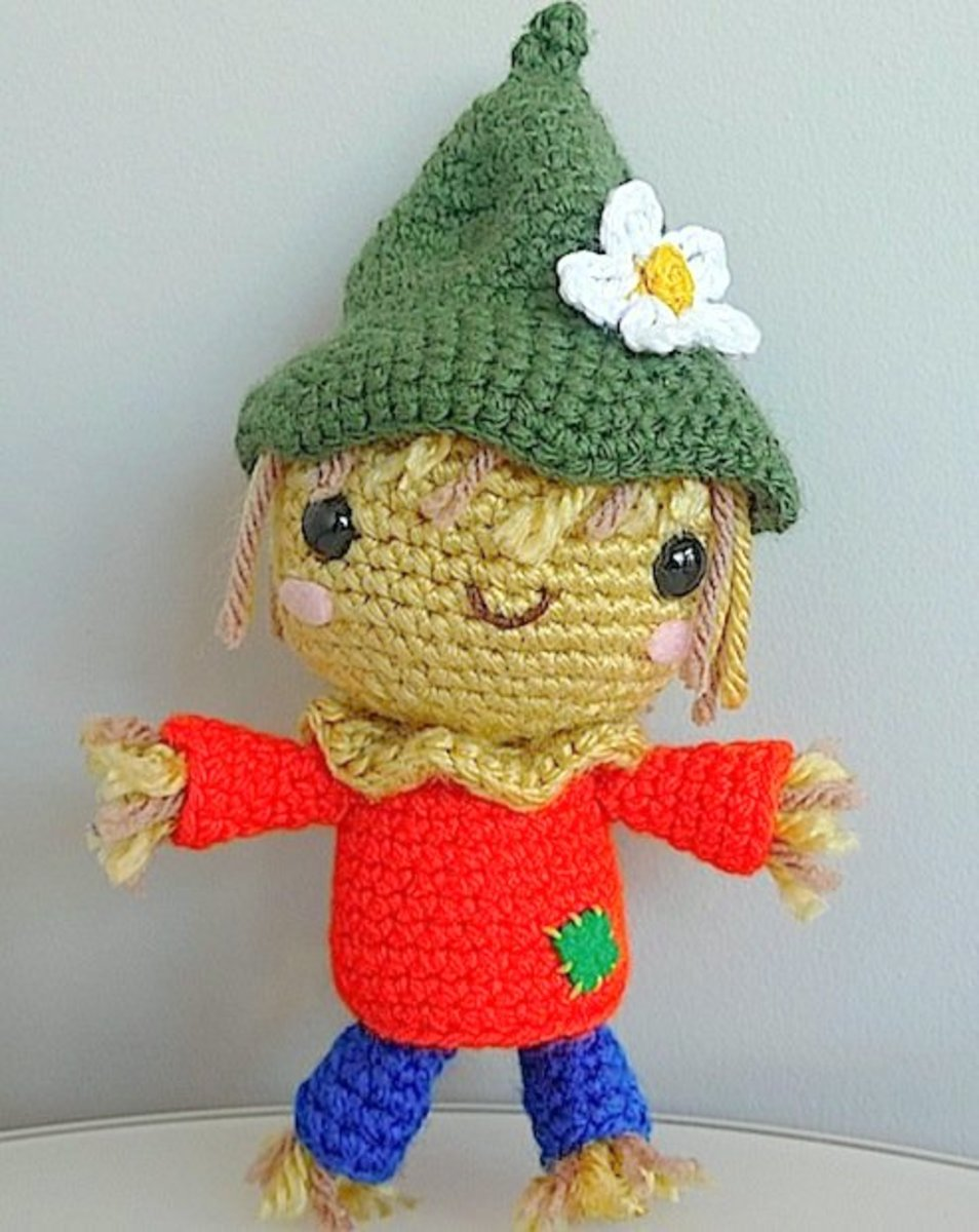 Free crochet pattern fall scarecrow.