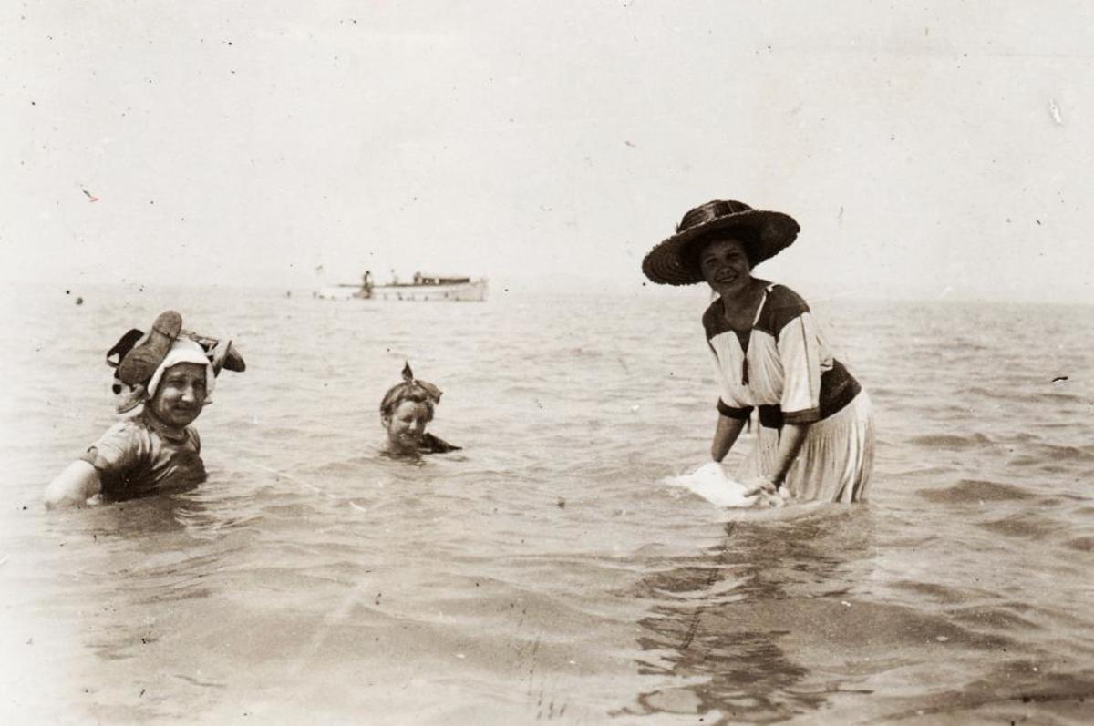 Lake Balaton, local history, bathing, fashion.