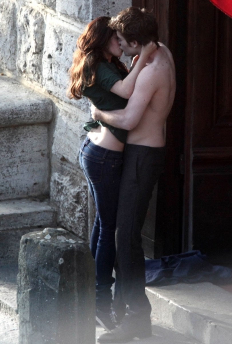 Rob and Kristen kiss in New Moon