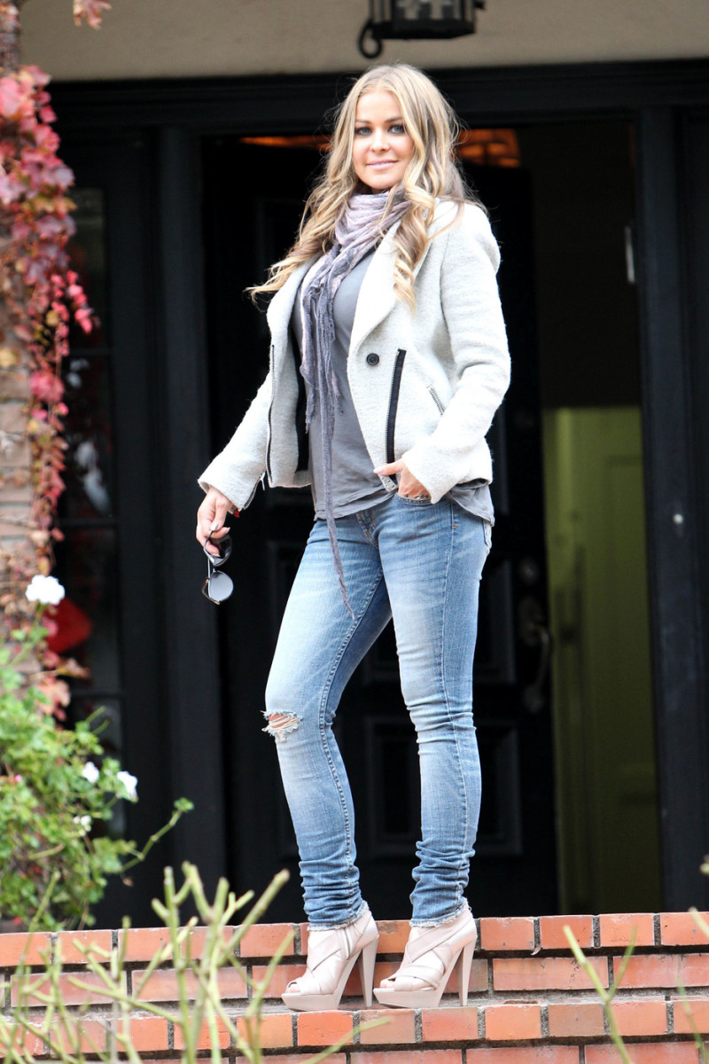 Carmen Electra has a great figure in her faded skinny jeans.