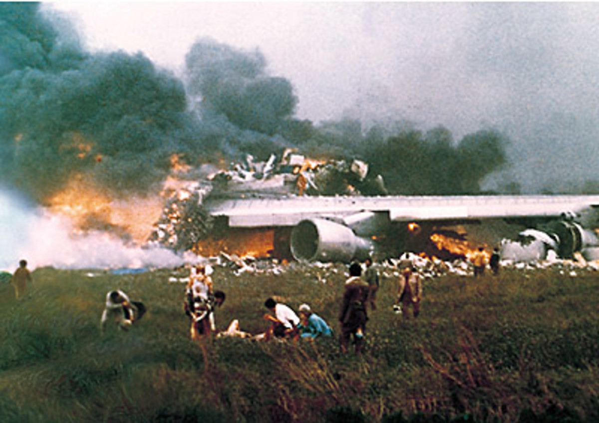 The remains of a Pan Am B747 (top) and KLM B747 (bottom) in Tenerife