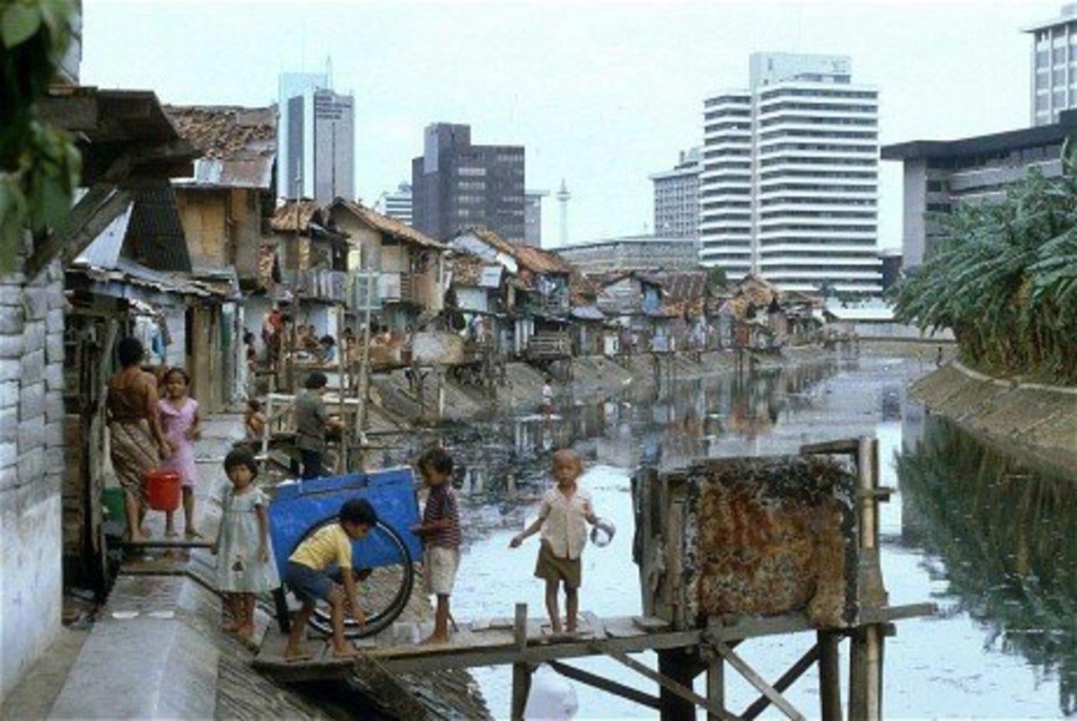 Jakarta Slums: Oppulence and Wealth Rising In The Horizons as mise-en-scene