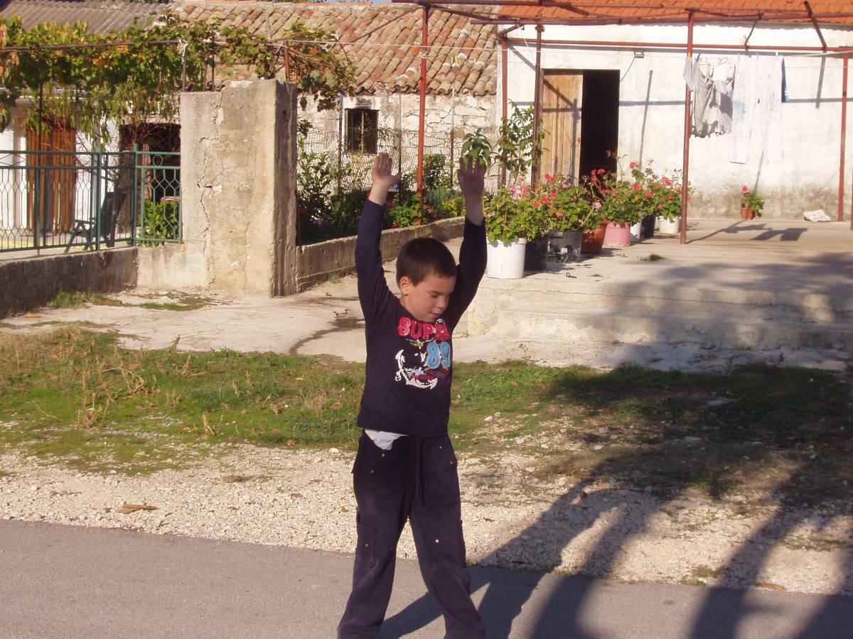 Simon says: ''Raise your hands!''