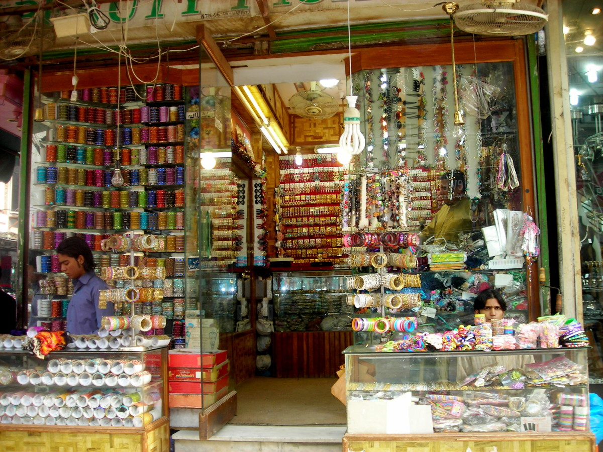 Glass bangels and jewelry shops....pure visual delight!