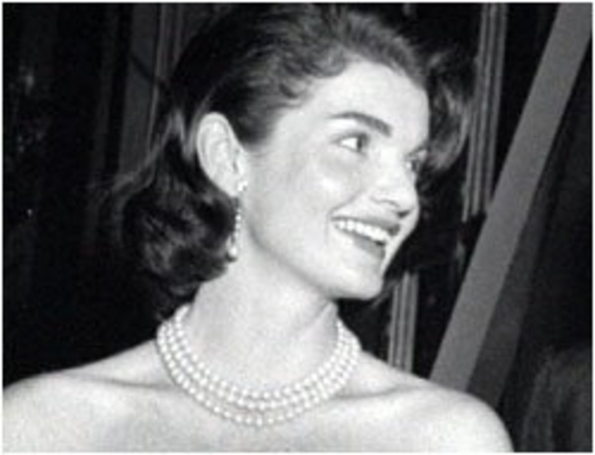 Jackie Kennedy photo wearing her three strand pearl necklace