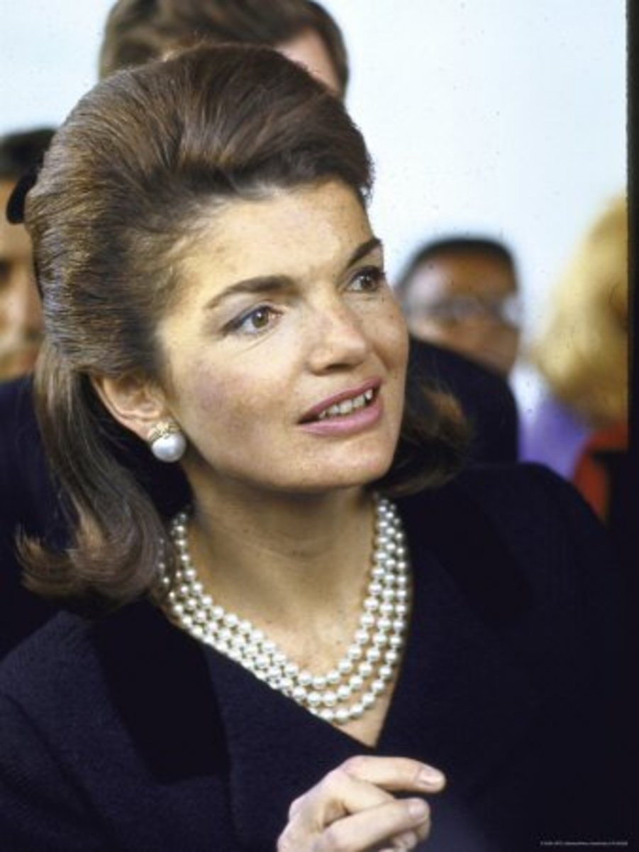 photo of Jackie Kennedy wearing her famous three strand pearl necklace