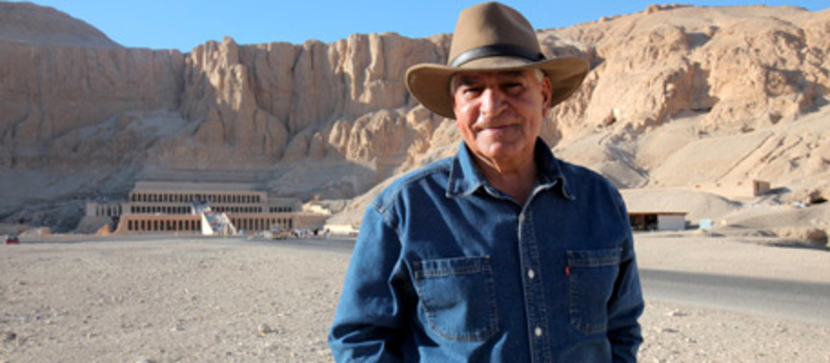 Hawass stands before the Temple of Hatshepsut.