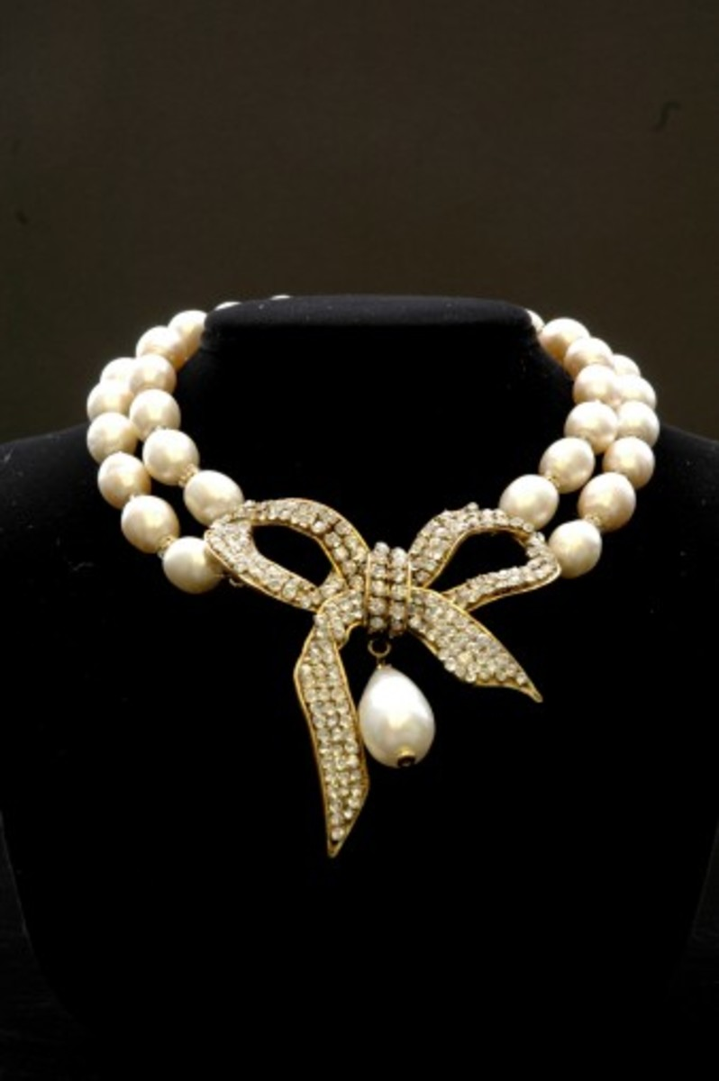 Chanel Faux Jewelry Example of a beautiful pearl necklace with a bow