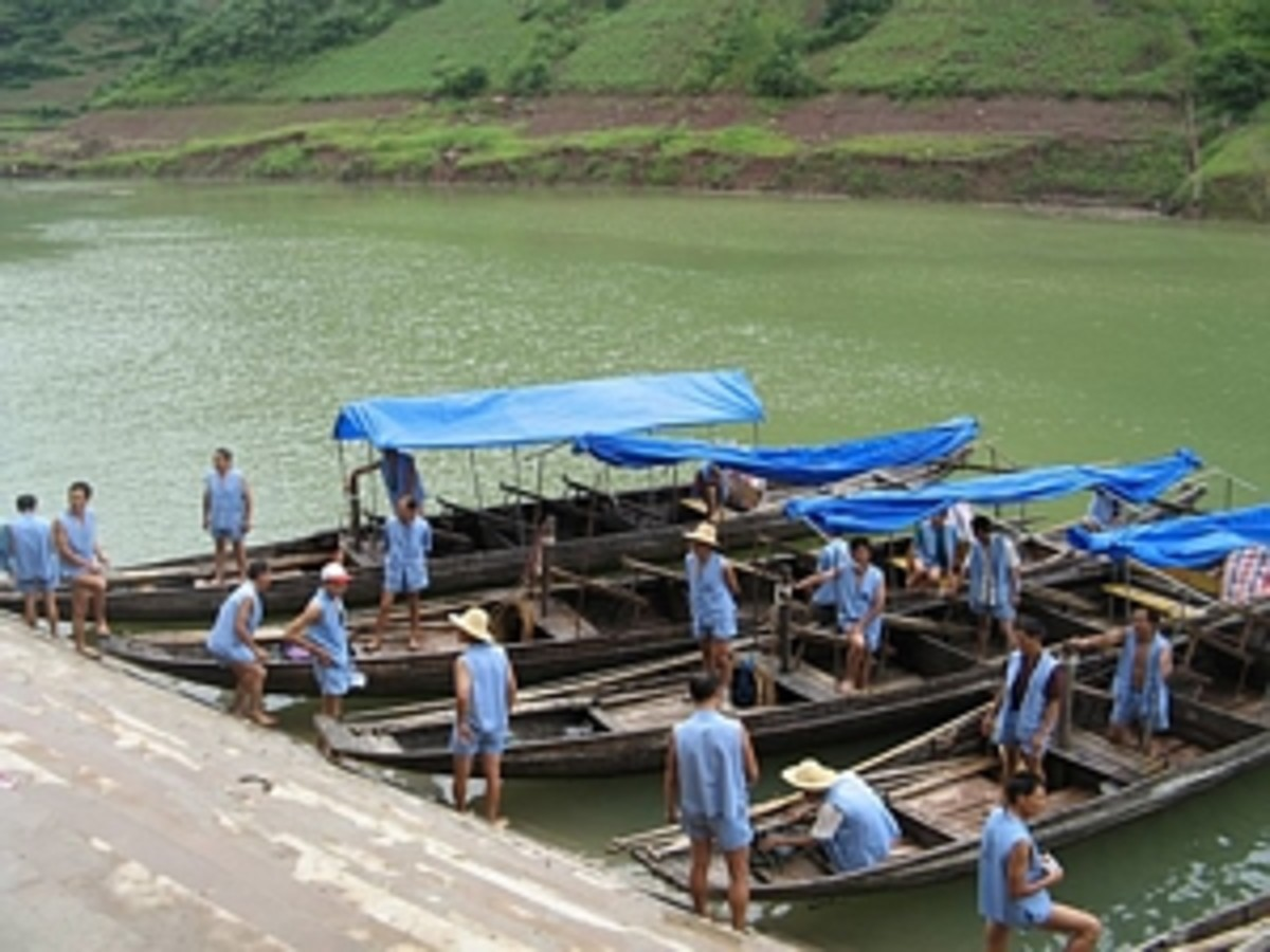 """Naked """"Boat Pullers"""" Of China"""