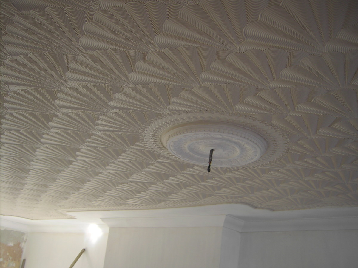 3D Effect oysterShell comb pattern onto a 'step down coved ceiling' your home improver's re-modellers diy enthusiasts step by step downloadable guide enabling you to create this ornamental cornice, coving moulding medallion feature onto ceilings