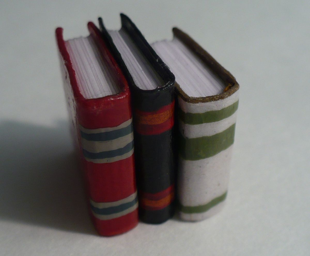 DIY Dollhouse Miniatures:  Realistic Books