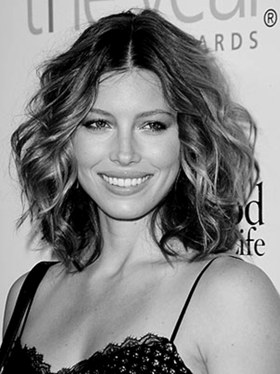 Jessica Biel looks great with this medium length hair style that good to go in 5 minutes.