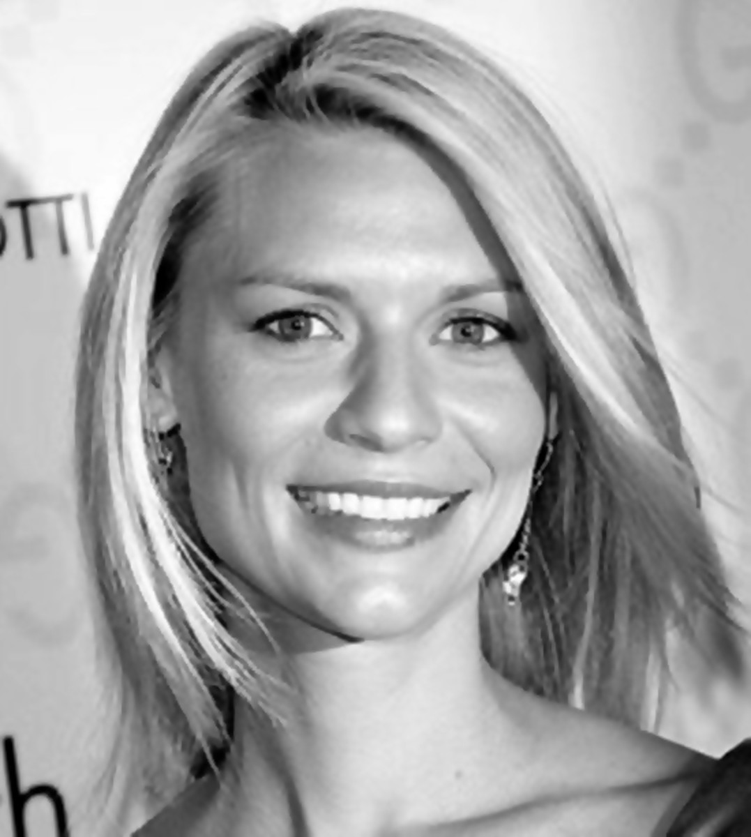 Claire Danes has a refreshing look in this medium length hairstyle that is fun and easy to manage.