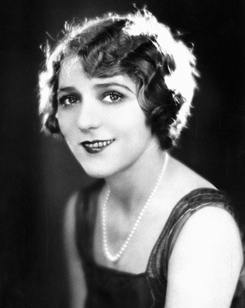 Mary Pickford wearing short wavy bob hair style