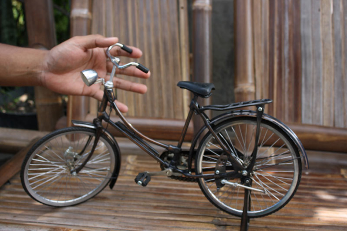 Miniature Bicycle, antique and famous handmade bike from Indonesia. See the detail of good handmade bike miniature for collection.