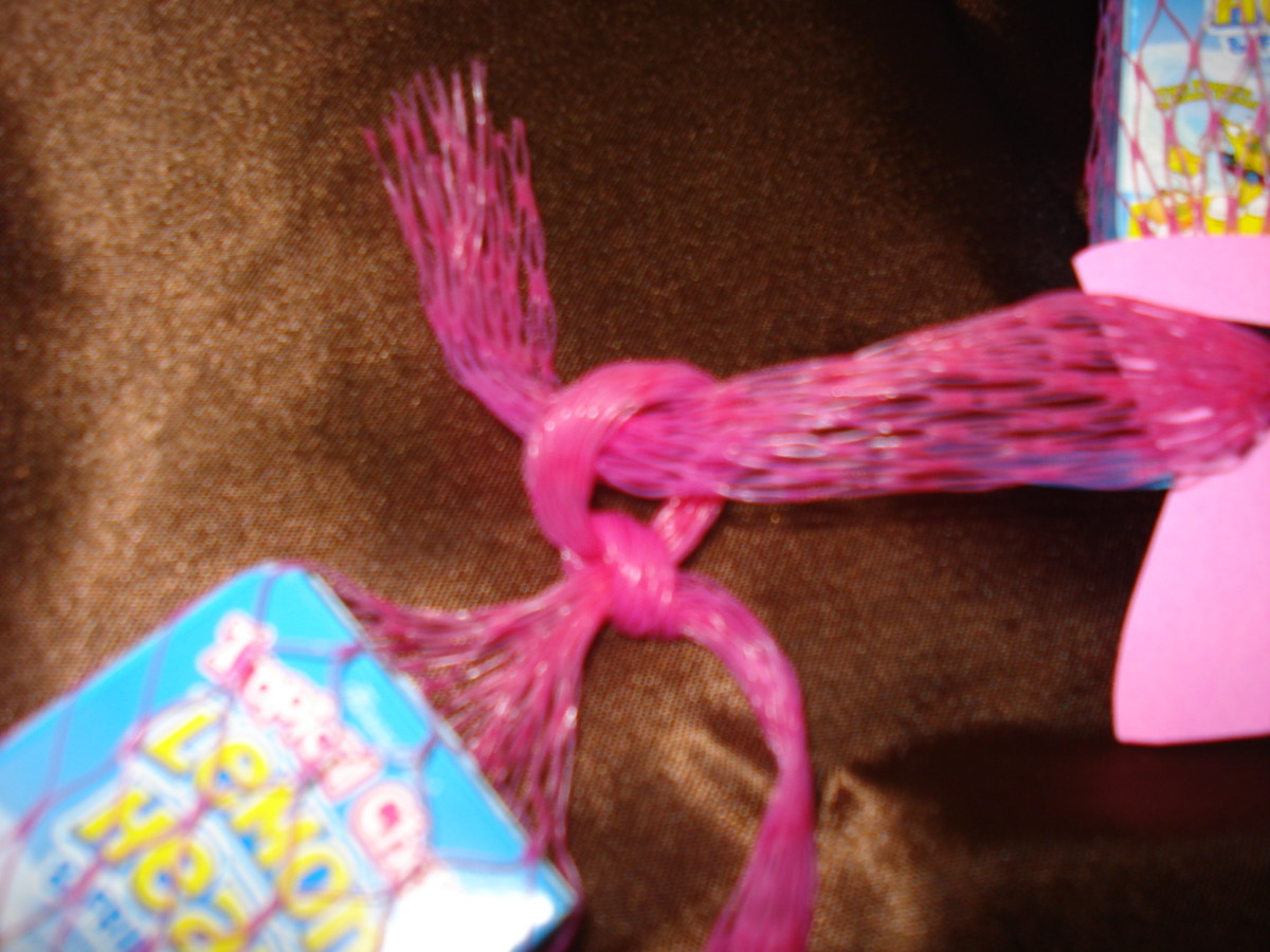 Use the looped end to knot the lei together