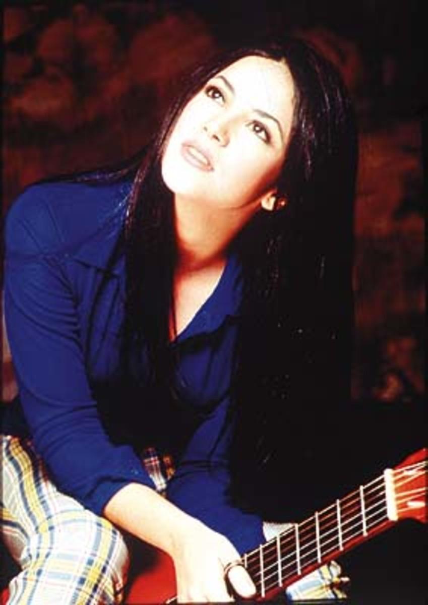 Shakira, con pelo negro, cuando cantaba en español.