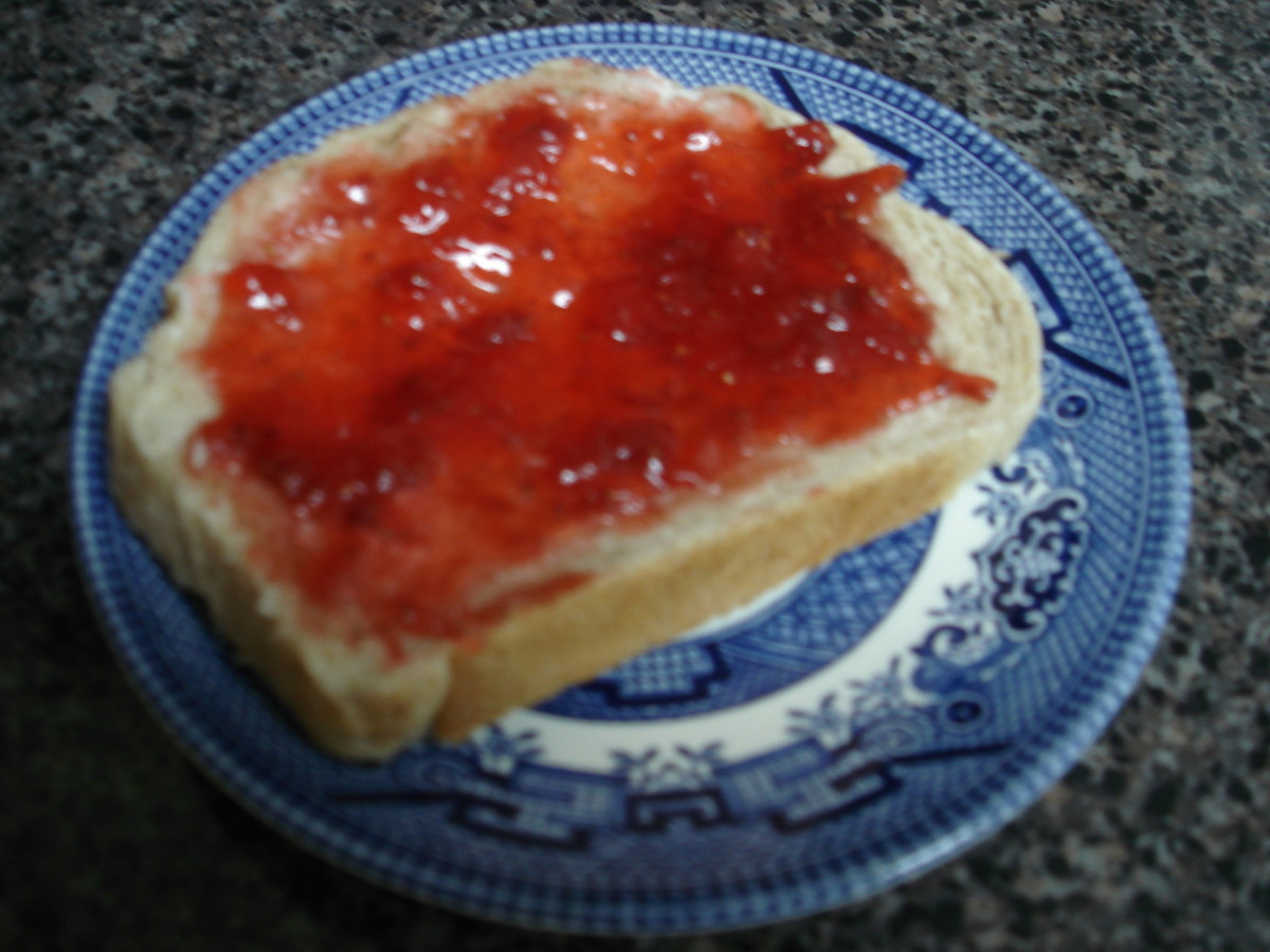 Just-baked homemade bread and fresh strawberry jam: the perfect combination!