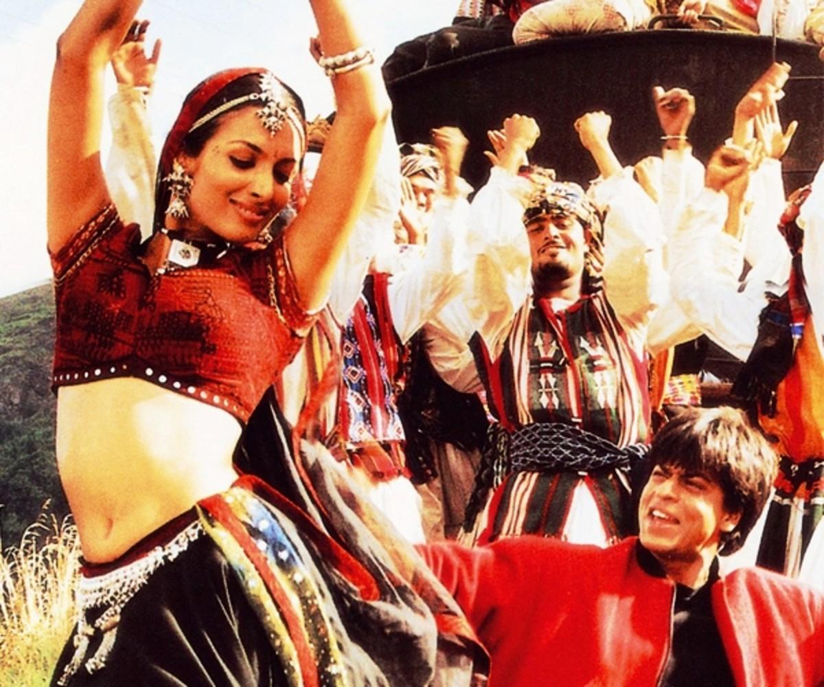 Shahrukh Khan & Malaika Arora in Chal chaiyya Chaiyaa ... : A melodious song on a moving train among the Himalyan foothills.