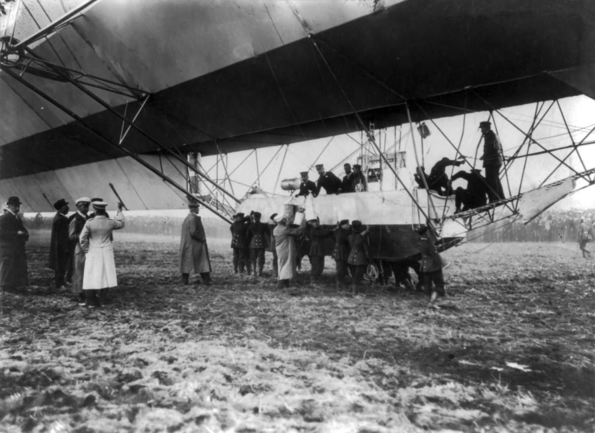 Zeppelin landing in presence of Count Zeppelin and Crown Prince