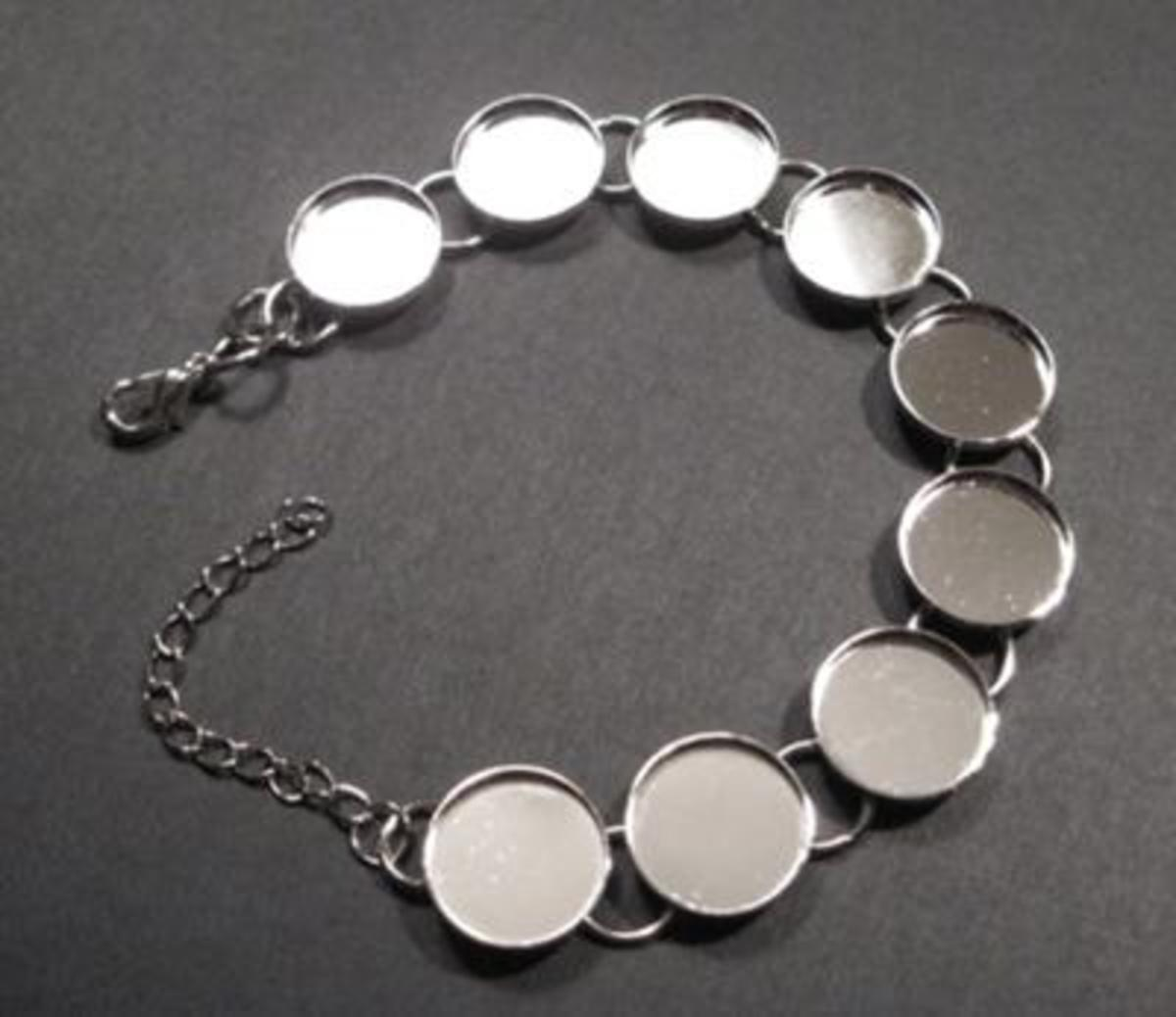 Jewelry molds are called Bezel Links. You will need to purchase these for each piece of jewelry you wish to make