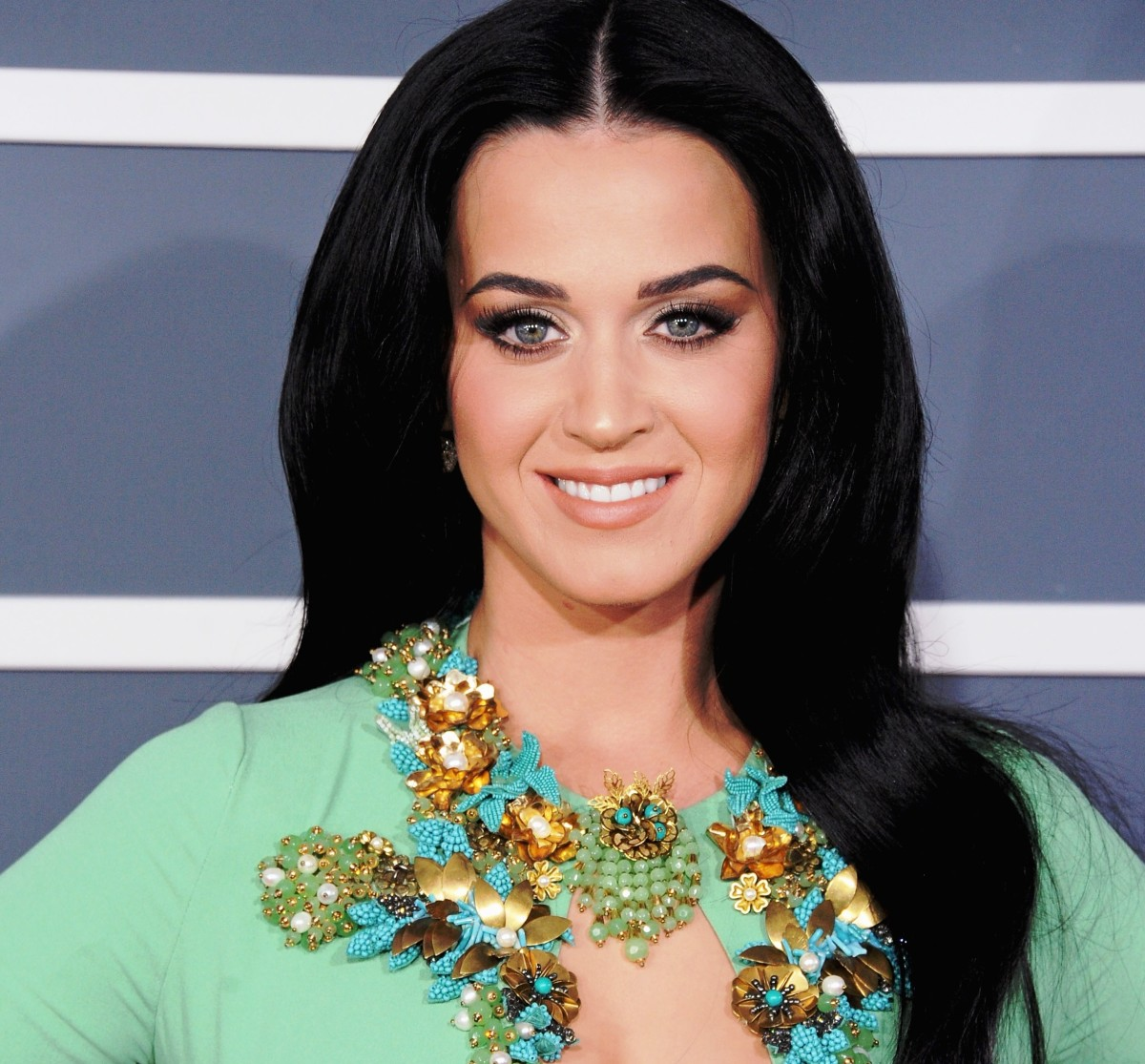 Wearing light green with black hair looks fabulous!