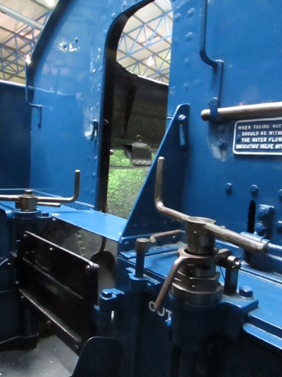 Finally, a look to the tender front with brake screw (left) and water scoop screw (right)