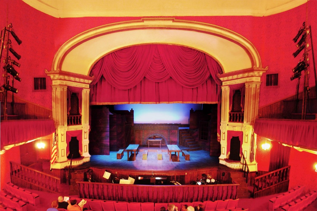 all-the-worlds-a-stage-theater-in-the-round-vs-proscenium-stage