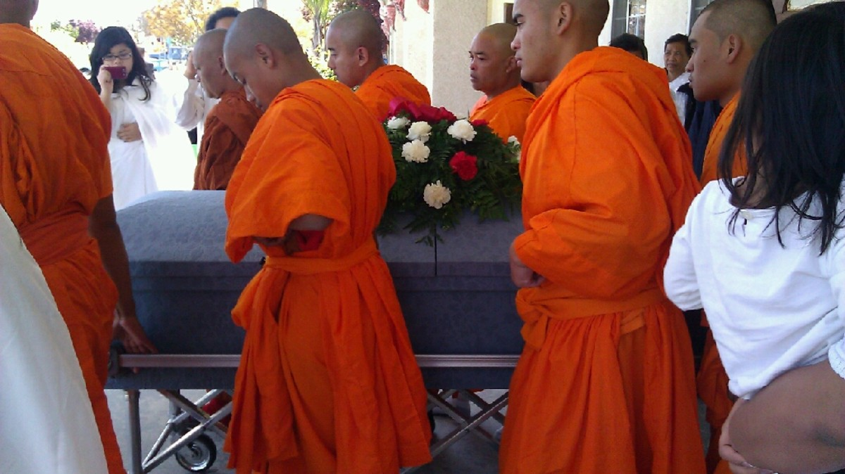 Children and grandson of the deceased became a monk and held a parade.