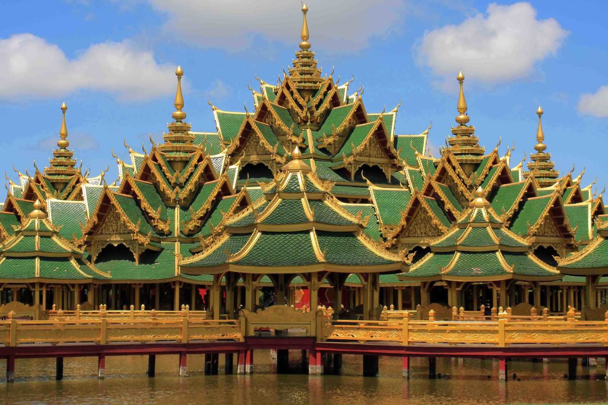 The Pavilion of the Enlightened is not a building which ever existed elsewhere. Rather, it is a symbolic representation of a Buddhist story of 500 monks who attain Nirvana (enlightenment) despite initially having very different attributes and merits