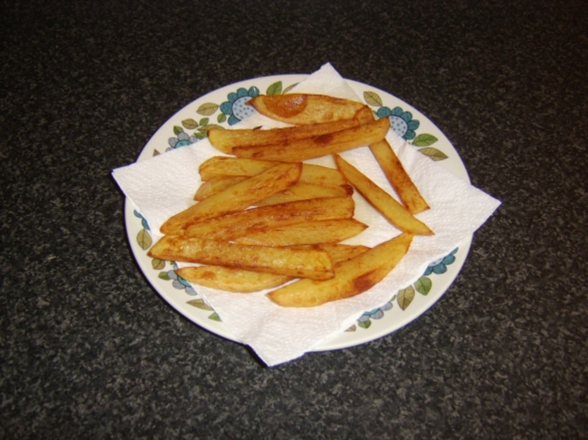 Chips are drained on kitchen paper