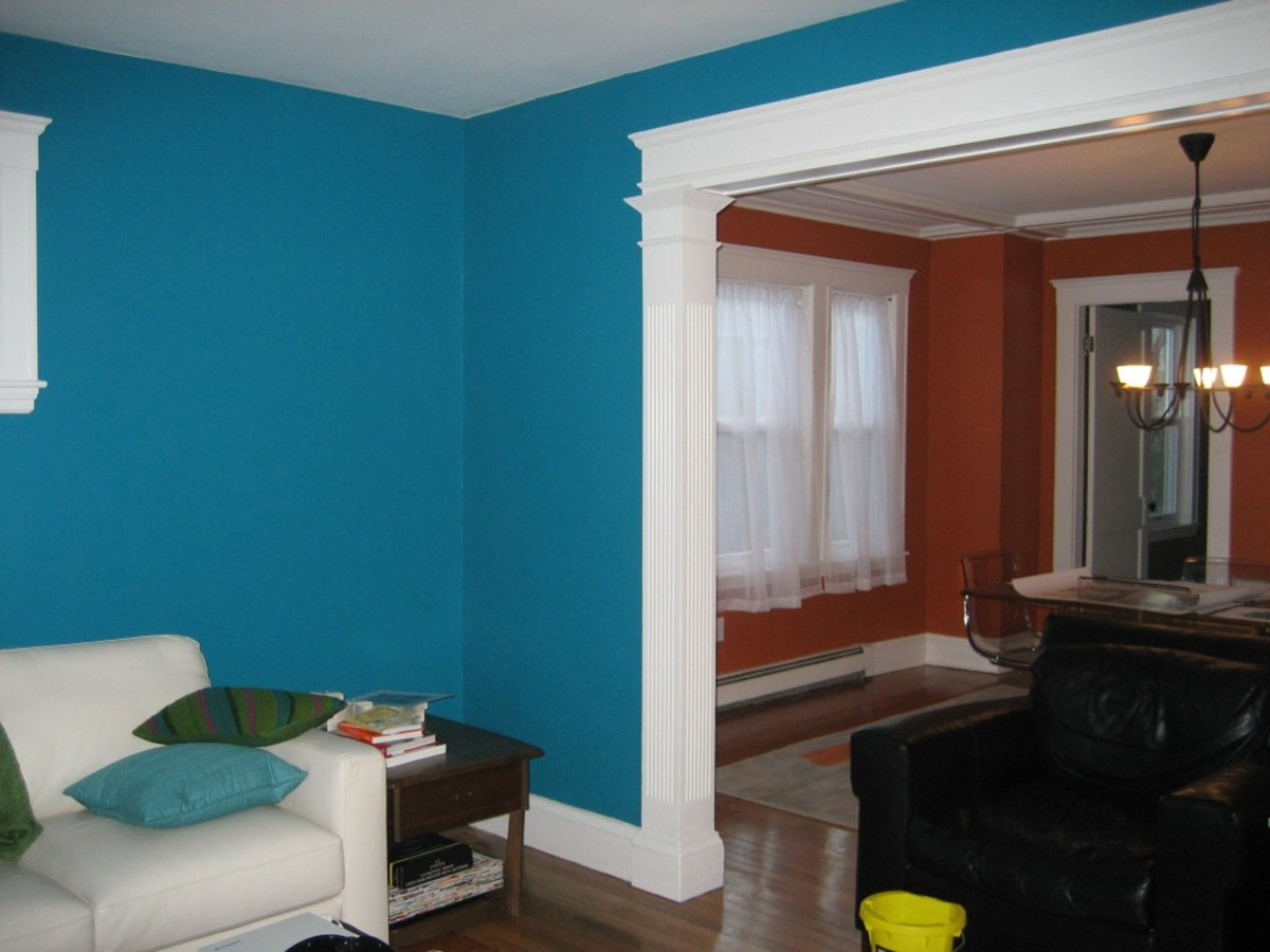 The turquoise blue walls are overpowering, but could be toned down a little with some pastels for a jaw-dropping effect.